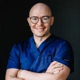 Dr. Adorján Szakál - Mundchirurg bei CompletDent